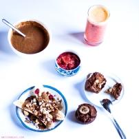 Le petit-déjeuner du dimanche ! (banana split + smoothie + crème glacée choco-cacahuète + compote de rhubarbe + muffins choco-banane)