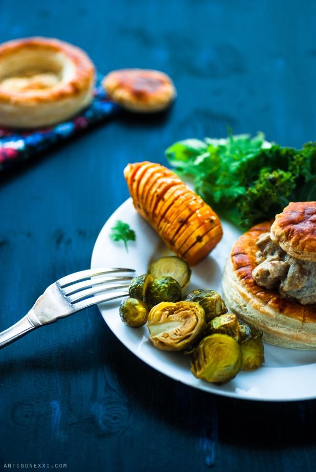 Bouchées à la reine, patates douces hasselback & choux de Bruxelles rôtis - Antigone21.com